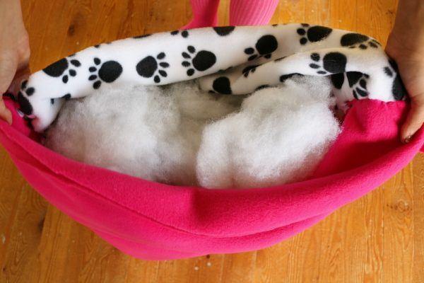 diy-no-sew-dog-bed-6-600x400